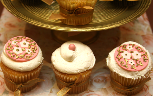 pink and gold dessert table cupcakces